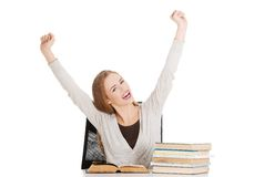 De gelukkige vrouw eindigde voorbereidingen treffend aan examen Royalty-vrije Stock Foto's