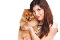De gelukkige vrouw en haar mooie kleine rode hondspitz over witte achtergrond sluiten portret stock foto's