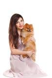 De gelukkige vrouw en haar mooie kleine rode hondspitz over witte achtergrond sluiten portret royalty-vrije stock afbeelding