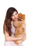 De gelukkige vrouw en haar mooie kleine rode hondspitz over witte achtergrond sluiten portret royalty-vrije stock foto