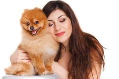 De gelukkige vrouw en haar mooie kleine rode hondspitz over witte achtergrond sluiten portret royalty-vrije stock foto's
