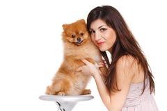 De gelukkige vrouw en haar mooie kleine rode hondspitz over witte achtergrond sluiten portret royalty-vrije stock afbeeldingen
