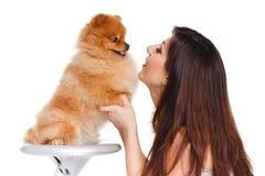 De gelukkige vrouw en haar mooie kleine rode hondspitz over witte achtergrond sluiten portret stock afbeeldingen