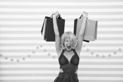 De gelukkige vrouw gaat winkelend Echt Geluk Laatste voorbereidingen grote verkoop in winkelcomplex Gek meisje met het winkelen z royalty-vrije stock afbeelding