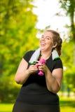 de gelukkige vrouw 30 jaar oud plus grootte zonder complexen behandelt domoren tijdens een training stock afbeeldingen