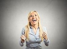 De gelukkige vrouw jubelt pompende extatische vuisten viert succes stock afbeelding