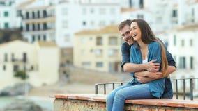 De gelukkige vrouw kijkt weg wanneer haar vriend aankomt stock footage