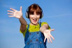 De gelukkige vrouw luistert muziek Stock Fotografie