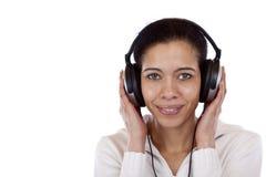 De gelukkige vrouw met hoofdtelefoons luistert aan mp3 muziek Stock Foto