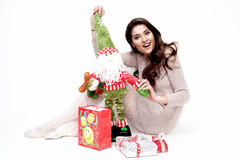 De gelukkige vrouw met verjaardagsgeschenk Geïsoleerd Stock Afbeelding