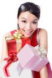 De gelukkige vrouw neemt grote gift Stock Fotografie