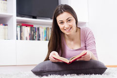 De gelukkige Vrouw ontspannen en het Lezingsboek Royalty-vrije Stock Foto's
