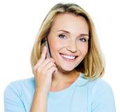 De gelukkige vrouw spreekt op de telefoon Stock Foto's