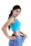 De gelukkige vrouw toont haar gewichtsverlies Stock Fotografie