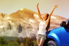 De gelukkige vrouw van de vrijheidsauto op de reisreis van de de zomerweg Royalty-vrije Stock Fotografie