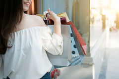 De gelukkige Vrouwelijke handen die het winkelen houden doet in zakken Royalty-vrije Stock Fotografie