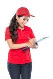 De gelukkige Vrouwelijke leveringsdienst met klembord stock afbeeldingen