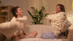 De gelukkige vrouwelijke partij van de vrienden thuis pyjama stock footage