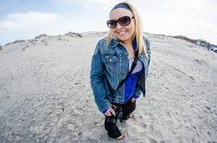 De gelukkige vrouwelijke toerist onderzoekt het strand van Assateague-Eiland Nationale Kust stock foto's