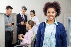 De gelukkige vrouwelijke vertegenwoordiger van de klantendienst Royalty-vrije Stock Fotografie
