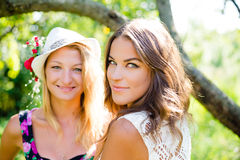 De gelukkige vrouwen die in de zonnige zomer glimlachen parkeren Stock Fotografie
