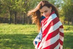 De gelukkige vrouwen met Amerikaanse vlag de V.S. vieren 4 van Juli stock fotografie