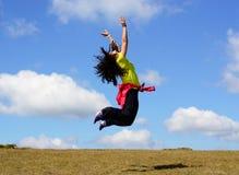 De gelukkige vrouwen springen stock foto