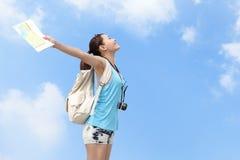De gelukkige vrouwenreiziger ontspant vrij gevoel stock foto