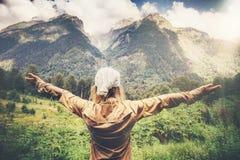 De gelukkige Vrouwenreiziger overhandigt opgeheven genietend van bergen Royalty-vrije Stock Foto's