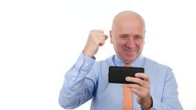 De gelukkige Zakenman Read Mobile Text met Goed Nieuws maakt Victory Hand Gestures stock videobeelden