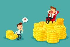 De gelukkige zakenman zit op stapel van gouden muntstuk-investering concept Stock Foto