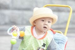 De gelukkige zitting van de babyjongen in wandelwagen Royalty-vrije Stock Afbeeldingen