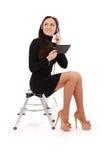 De gelukkige zitting van de studententiener op de ladder met tabletpc royalty-vrije stock fotografie