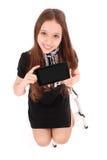 De gelukkige zitting van de studententiener op de ladder met tabletpc stock fotografie