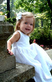 De gelukkige Zitting van het Meisje in Tuin stock foto's