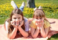 De gelukkige zusters in de lente parkeren Royalty-vrije Stock Afbeeldingen