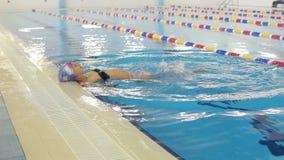 De gelukkige zwangere vrouw zwemt in de pool stock video