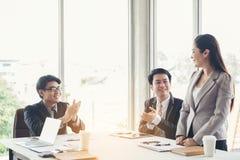 De gelukwensenzaken, Groeps commerciële vergaderingen beginnen met het werk royalty-vrije stock foto's