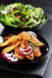 De gemarineerde strepen van de kippenborst met salade royalty-vrije stock afbeelding