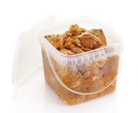 De gemarineerde stukken van het varkensvleesvlees in een plastic doos Stock Foto's