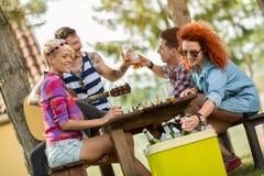 De gembervrouw neemt koud bier van handbediende ijskast Royalty-vrije Stock Afbeeldingen