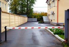 De gemechaniseerde barrière bij de poort aan de werf Stock Foto's