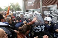 De gemeentelijke arbeiders botsen met relpolitie Stock Afbeelding