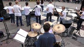 De gemeentelijke muziek van het orkestspel bij feestelijk overleg openlucht stock footage
