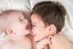 De gemengde Broers die van de Ras Chinese en Kaukasische Baby Pret het Leggen hebben Royalty-vrije Stock Afbeeldingen