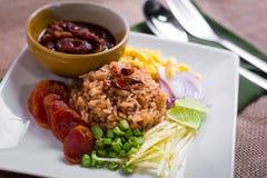De gemengde Gekookte Rijst met Garnalen kleeft (Ka Pi van Khao Clook), pop Thai Royalty-vrije Stock Fotografie