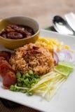 De gemengde Gekookte Rijst met Garnalen kleeft (Ka Pi van Khao Clook), pop Thai Stock Fotografie
