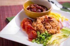 De gemengde Gekookte Rijst met Garnalen kleeft (Ka Pi van Khao Clook), pop Thai Stock Afbeeldingen