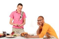 De gemengde keuken van het het behoren tot een bepaald ras vrolijke paar Royalty-vrije Stock Foto