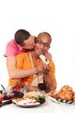De gemengde keuken van het het behoren tot een bepaald ras vrolijke paar Royalty-vrije Stock Foto's